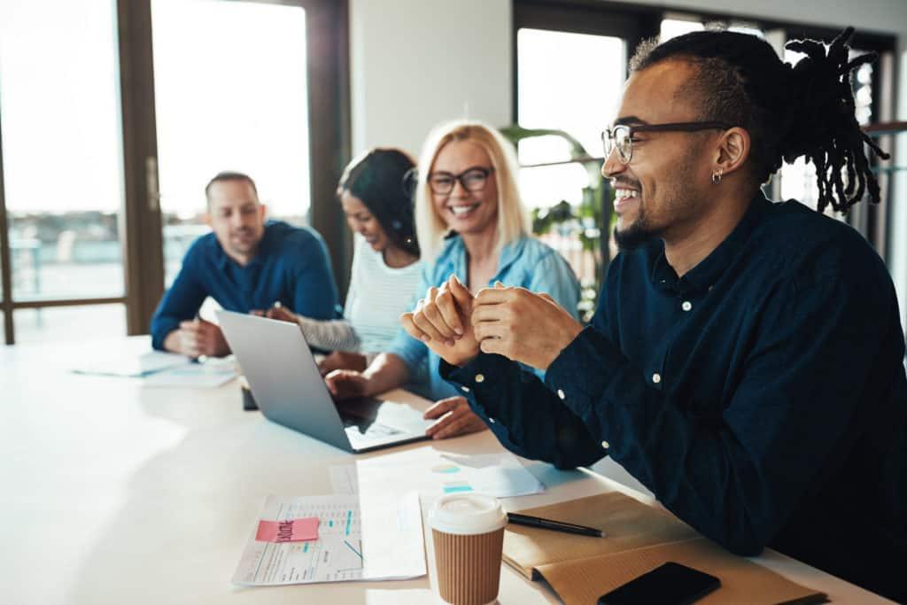 Equipe de jeunes entrepreneurs en salle de réunion