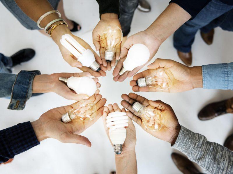 Mains de différentes personnes pour exprimer la diversité et le partage d'expérience