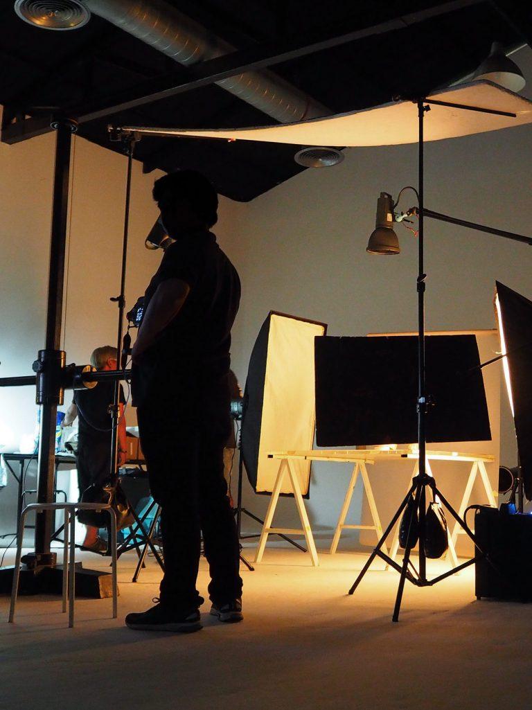 Professionnels dans un studio photo et vidéo