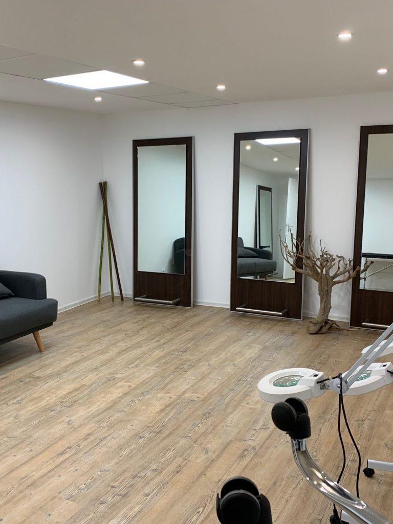 salle de réunion accolée au studio photo et vidéo
